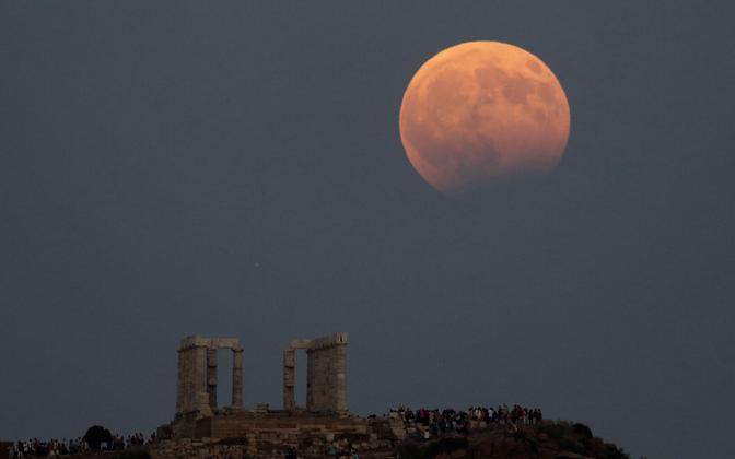 Osaliselt varjutatud Kuu Kreekas Poseidoni templi kohal.
