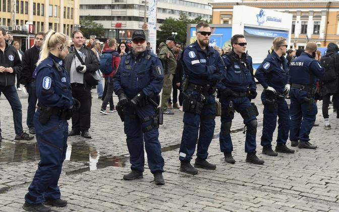 Soome politseinikud sündmuskohal Turus 19. augustil.