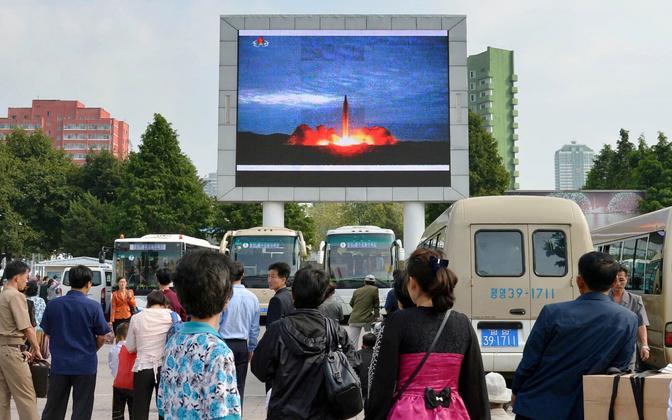 Põhjakorealased Pyongyangis raketikatsetusest teatavat uudisklippi vaatamas.