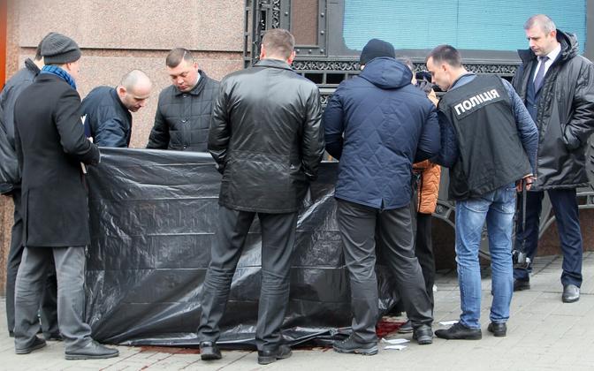 Ukraina politseinikud 23. märtsil Voronenkovi mõrva sündmuskohal Kiievis.