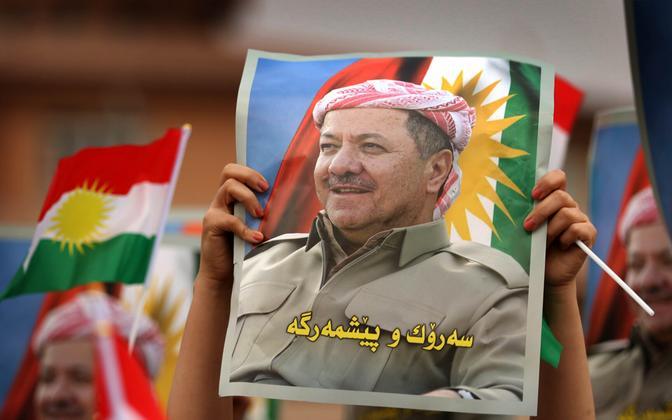 Massoud Barzani toetaja tema pilti hoidmas.