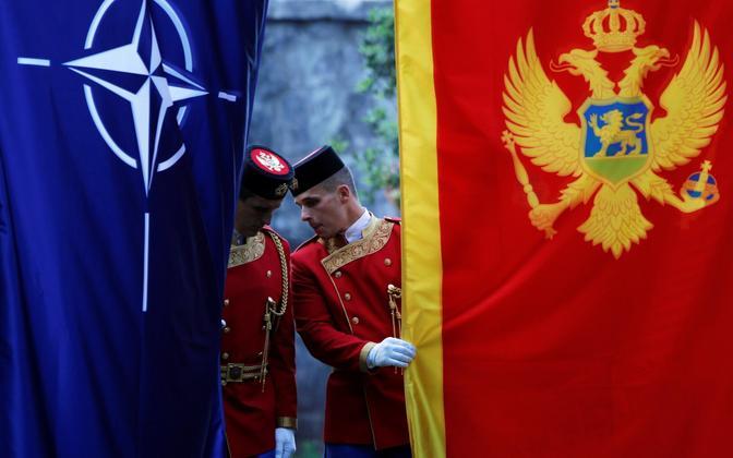 Kaardiväelased Podgoricas NATO ja Montenegro lipuga.