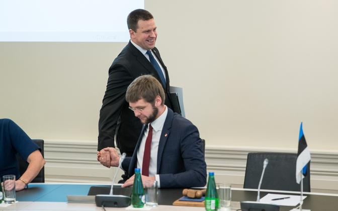 Prime Minister Jüri Ratas (Center) and Minister of Health and Labour Jevgeni Ossinovski (SDE) at a Cabinet meeting.