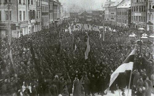 Demonstration in support of the Estonian Provincial Assembly in Tartu's Town Hall Square, late 1917 or early 1918.