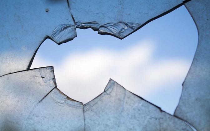 Злоумышленник проник в автобус через разбитое стекло.