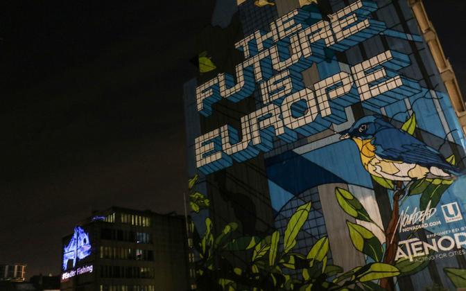 Brüsseli eurokvartalis seisab majaseinal tõdemus, et tulevik on Euroopa, ning eemal kutsuvad aktivistid ülekalastamist lõpetama.
