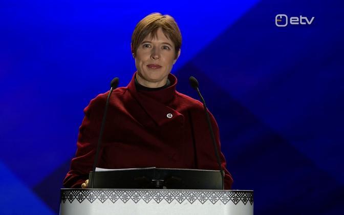 President Kersti Kaljulaid Vabaduse väljakul kõnet pidamas.