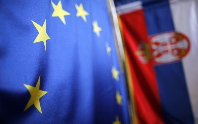 Euroopa Liidu ja Serbia lipud.