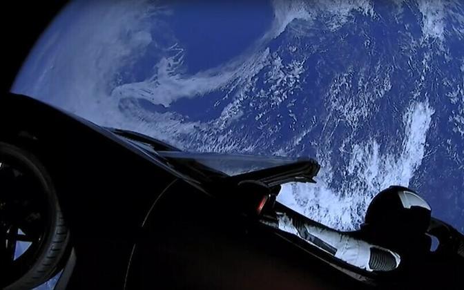 Vaade Teslalt kosmoses