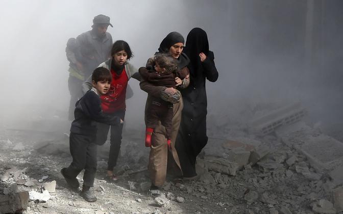 Ida-Ghouta tsiviilelanikud Venemaa poolt toetatud Süüria valitsusväe õhurünnakute eest varju otsimas.