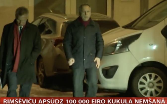Ilmārs Rimšēvičs, paremal, koos advokaadiga kinnipidamisasutusest lahkumas.