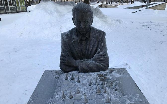 Памятник Паулю Кересу.