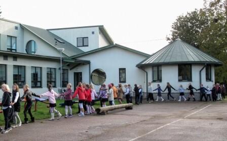 Merivälja kooli õpilased koolimaja ees.