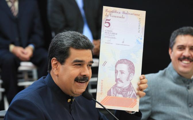 Venezuela president Nicolas Maduro näitab uut rahatähte.