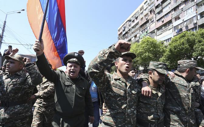 Sõduritest meeleavaldajad Jerevanis 23. aprillil.