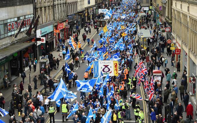 Šoti iseseisvuse toetajad Glasgow tänaval.