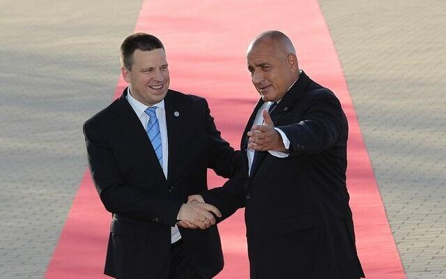 Bulgarian Prime Minister Bojko Borisov (right) welcoming Jüri Ratas in Sofia, May 16, 2018.