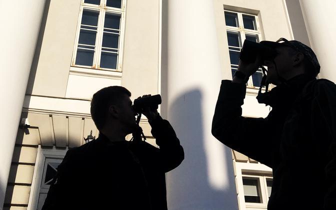 Linnalinnuloendajad Tartu Ülikooli peahoone ees.