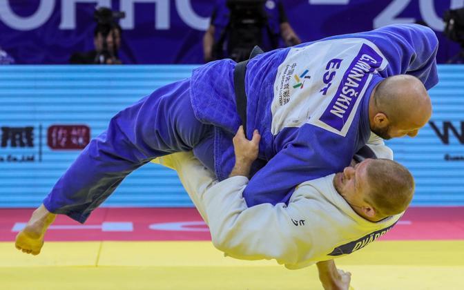 Григорий Минашкин (в синем).