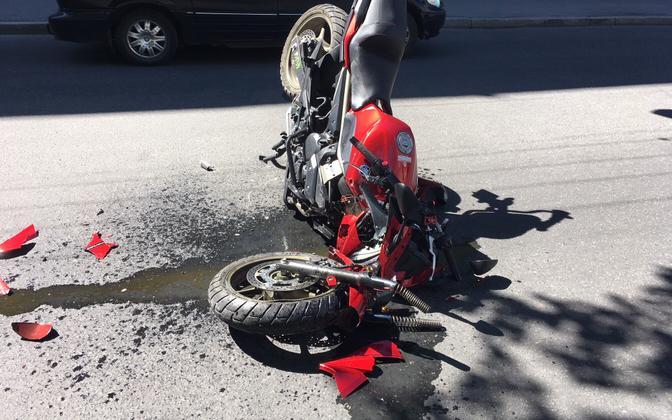 Mootorrattur sattus Kreutzwaldi tänaval avariisse