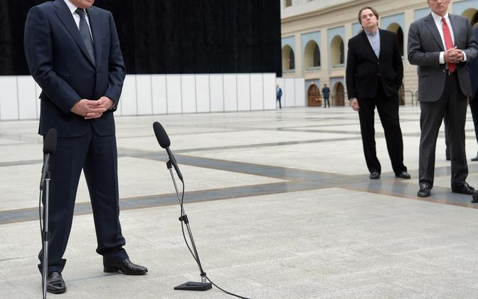 Venemaa president Vladimir Putin, taustal punase lipsuga Dmitri Peskov.