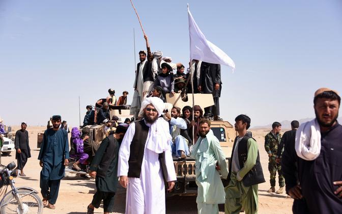 Talibani toetajad 17. juunil praeguseks lõppenud relvarahu tähistamas.
