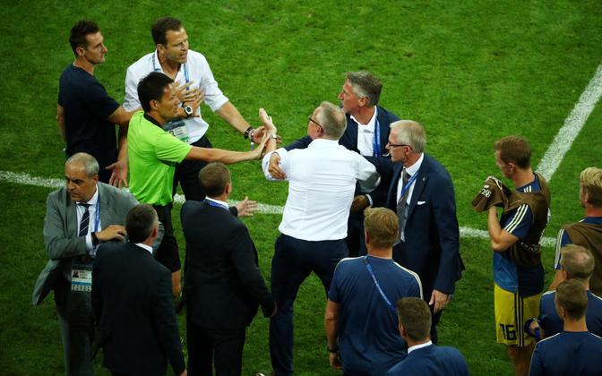 Janne Andersson (keskel valges) vastamisi Saksamaa koondise mänedžer Oliver Bierhoffiga (vasakul valges)
