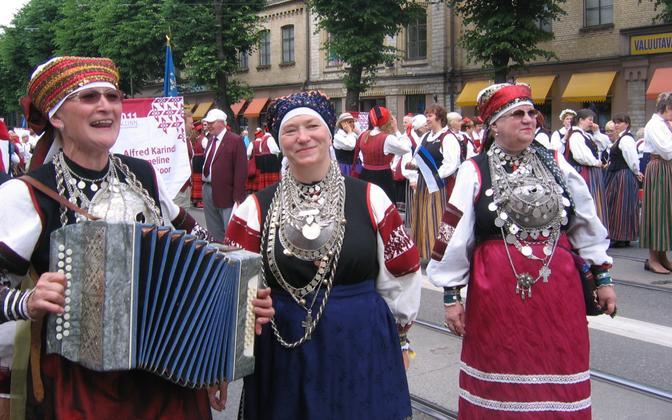 Elvi Nassar (keskel) kooriga festivalil.