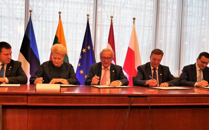 Leaders of Estonia, Latvia, Lithuania, Poland and European Commission President Jean-Claude Juncker signed the synchronisation agreement in Brussels on Thursday. 28 June, 2018.