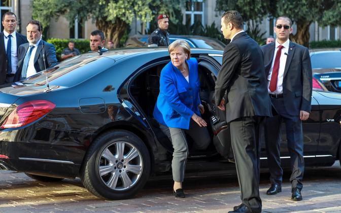 Saksamaa liidukantsler Angela Merkel autost väljumas.