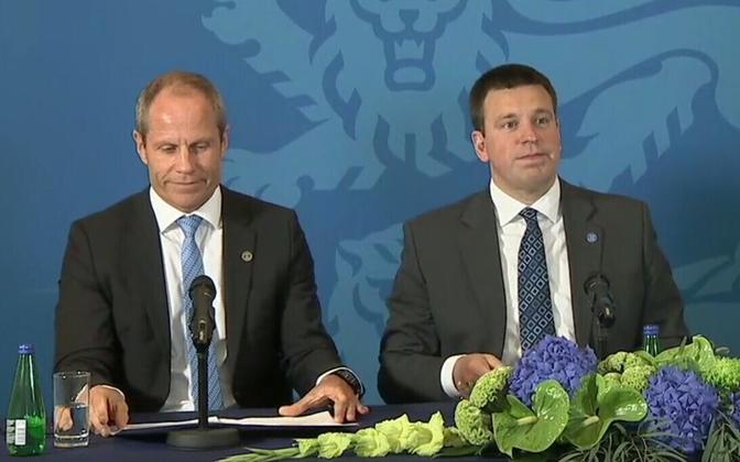 Jüri Ratas and Finance Minister Toomas Tõniste (left).