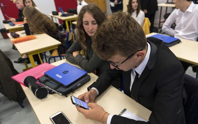 Nutitelefonid Prantsusmaa koolis.