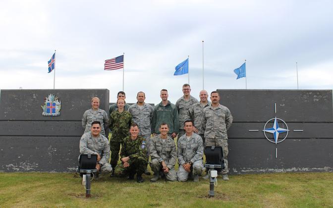 Эстонские военнослужащие со своими коллегами на учениях ПВО НАТО в Исландии.