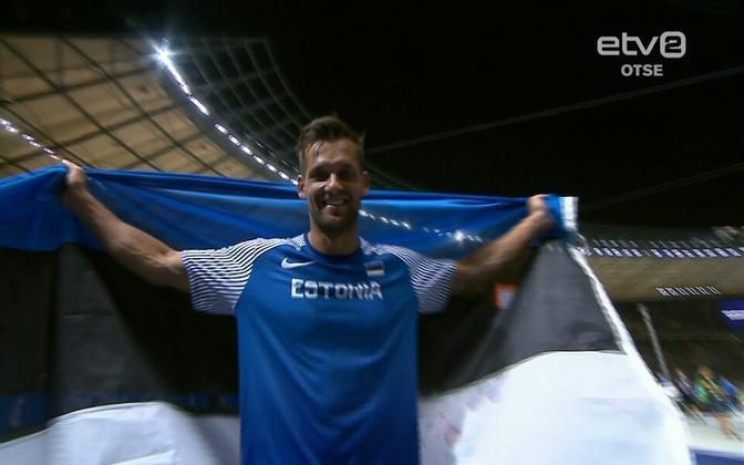 Magnus Kirt Eesti lipuga.