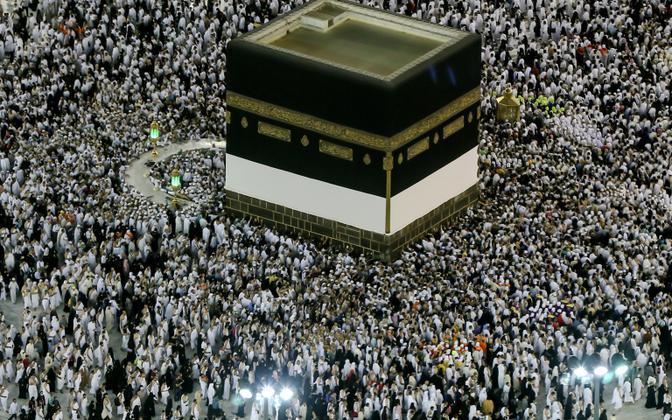 Palverändurid pühapäeva varahommikul Kaaba juures.