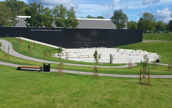 Fotomontaaž olukorrast, kus kommunismiohvrite memoriaali juurde oleks ehitatud jalgpallihall