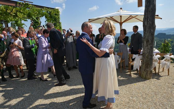 Venemaa president Vladimir Putin ja Austria välisminister Karin Kneissl viimase pulmas tantsimas.