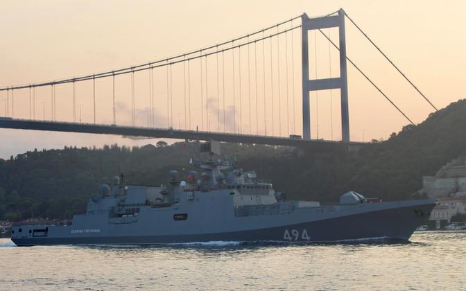 Vene mereväe fregatt siirdumas Bosporuse väina kaudu Vahemerele.