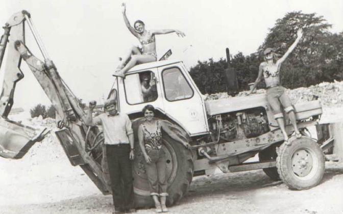 Aivo Põlluääre vanaisa Lembit töötas aastatel 1975–1981 kolhoosis traktoristina. Pilt on tehtud 1978. aastal Tõnijal, kus Sakla EÜE liikmed ehitasid suurfarmi.