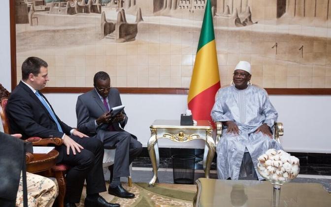 Ratas (left) meeting with Mali's president, Ibrahim Boubacar Keita.