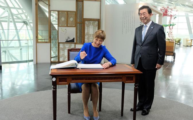 Kersti Kaljulaid being presented with honorary citizenship of Seoul by the city's mayor, Park Won-soon, himself an Estonian e-Resident.
