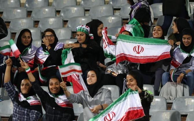 Iraani naised meeste jalgpallikoondise mängul Teheranis
