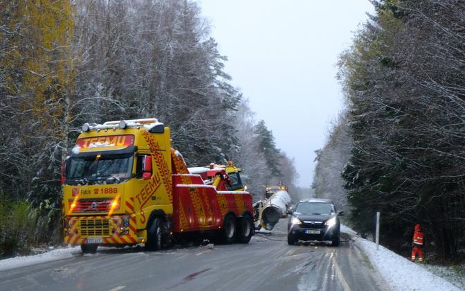 Lumesahk sõitis Viljandi-Pärnu maanteel kraavi.