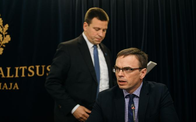 Minister of Foreign Affairs Sven Mikser (foreground) with Prime Minister Jüri Ratas (Centre).
