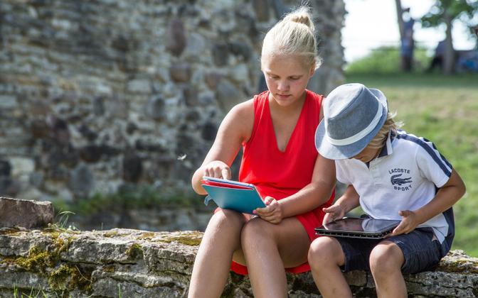 Noortel pole võimalik paljudel digiühiskonna teemadel vanematelt põlvedelt tuge saada sest vanematel puuduvad nii pädevused kui ka kogemused.