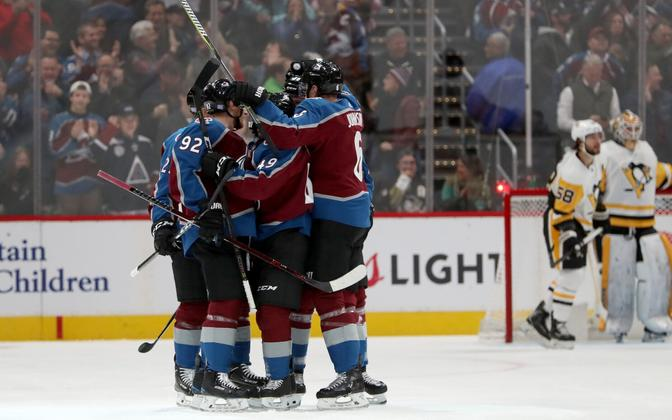 Colorado Avalanche'i mängijad värava üle rõõmustamas.