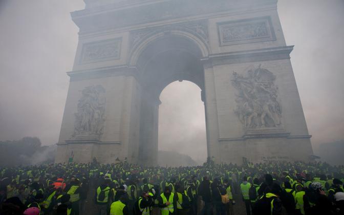 Протесты против роста цен на топливо захлестнули Францию.