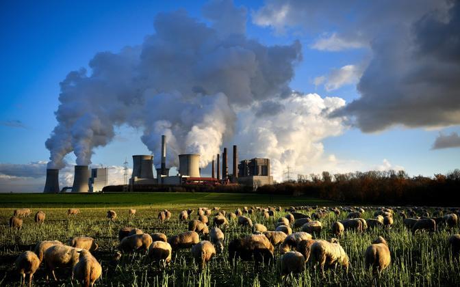 Saksamaal asuva söeelektrijaama korstnatest tõusev veeaur.