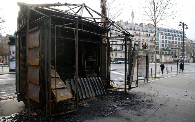 Põlenud kiosk Pariisis päev pärast meeleavaldust.