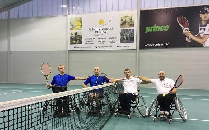 Eesti ratastoolitennise meeskond (vasakul) Riias